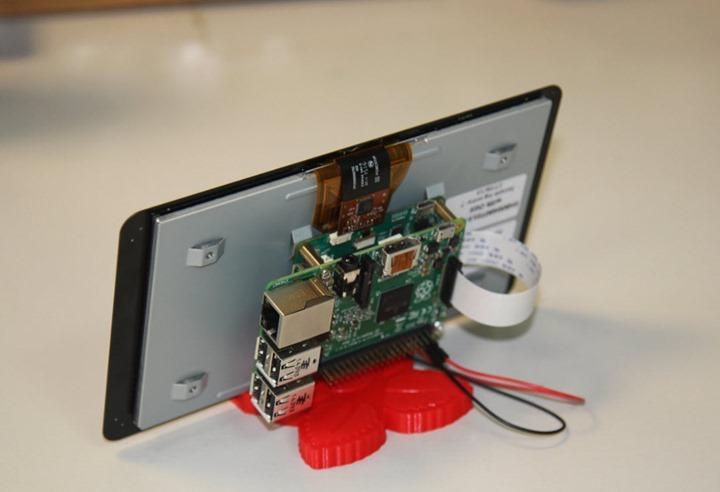 Ecrã touch do Raspberry montado num suporte